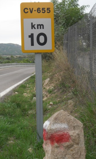 The new road sign next to the GR7. I was round that corner.